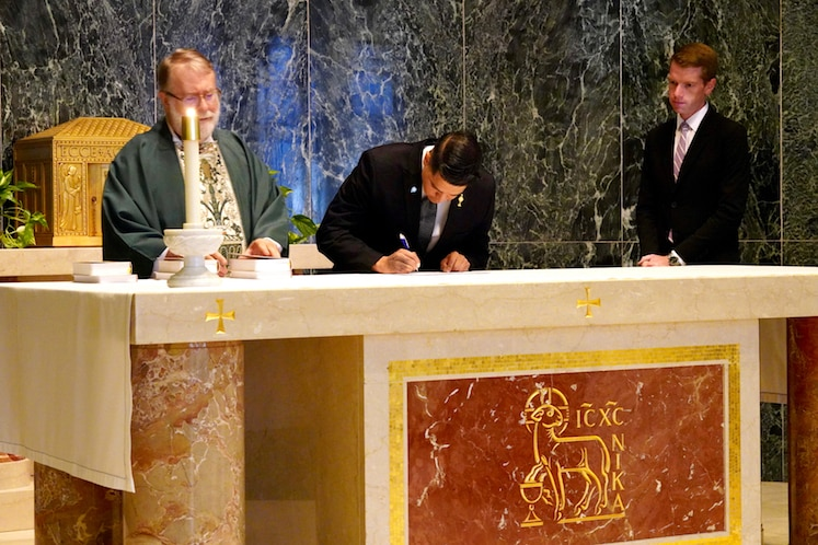 moises-signing-at-altar